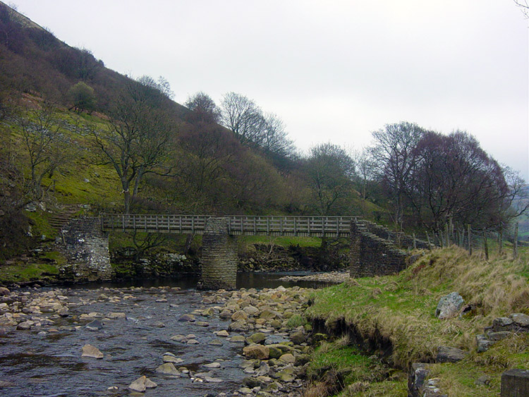 Footbridge over the Swale between Thwaite and Muker